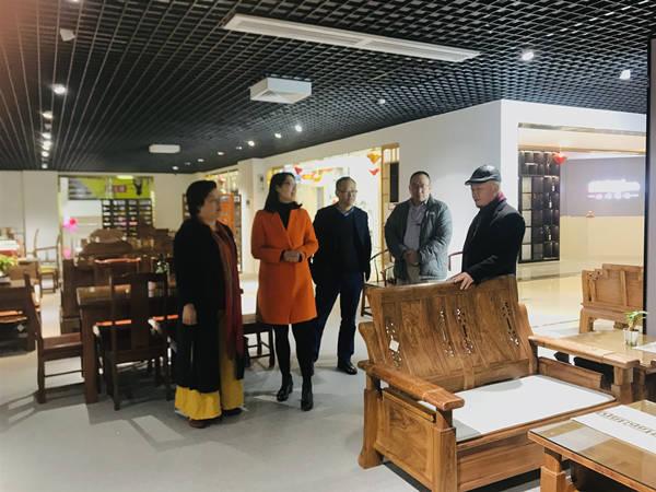 国际信息发展组织走访番禺红树湾家具城盛世周木匠
