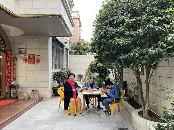 李建辉博士组织家人春节学习传统文化及养生保健知识
